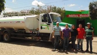 Prefeito de Bernardino Batista recebe caminhão pipa para abastecimento de água. Veja!