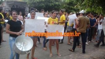 Estudantes de São João do Rio do Peixe protestam contra demissão de funcionária com 15 anos de serviços. Veja
