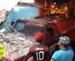 Caminhão pipa perde o controle bate em carro estacionado e invade residência.