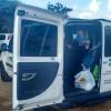 Carro de prefeitura com selo do SUS é flagrado levando grupo à praia, na Paraíba.