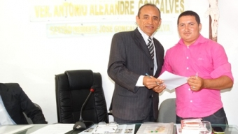 Em Ipaumirim: Universitários entregaram documento ao legislativo com mais de 2 mil assinaturas, pedindo criação de lei garantindo transporte escolar.