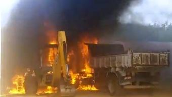 Retro escavadeira e Caçamba são destruídos por incêndio em Cachoeira dos Índios neste domingo.