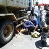 Vítima de acidente em Cajazeiras fica em baixo de caçamba.