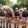 Dia internacional da mulher: comandante da 5ª Cptras participa de blitz que aos invés de multas teve bombons e flores.