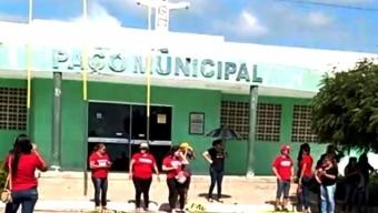 Acuado: manifestação de professores repele prefeito Alan Seixas em comemoração de 57 anos de emancipação política.