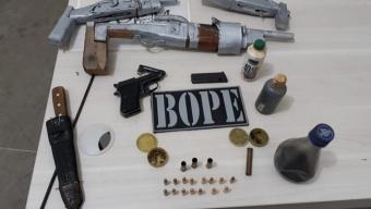 """Durante operação """"Dia das Mães"""" policias prendes dois e apreendem armas em Uiraúna."""