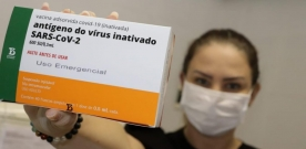 Em Bom Jesus: Prefeita Denise aplica primeira dose de vacina contra covid-19 em Téc. de enfermagem